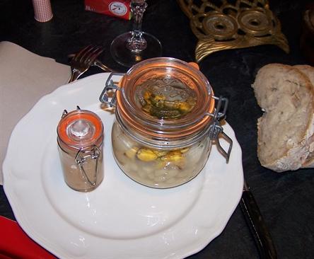 Cassoulet et beurre blanc servi dans des bocaux